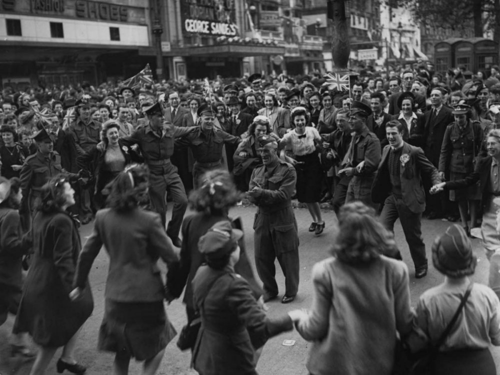 ve-day-canadian-troops-london.jpg